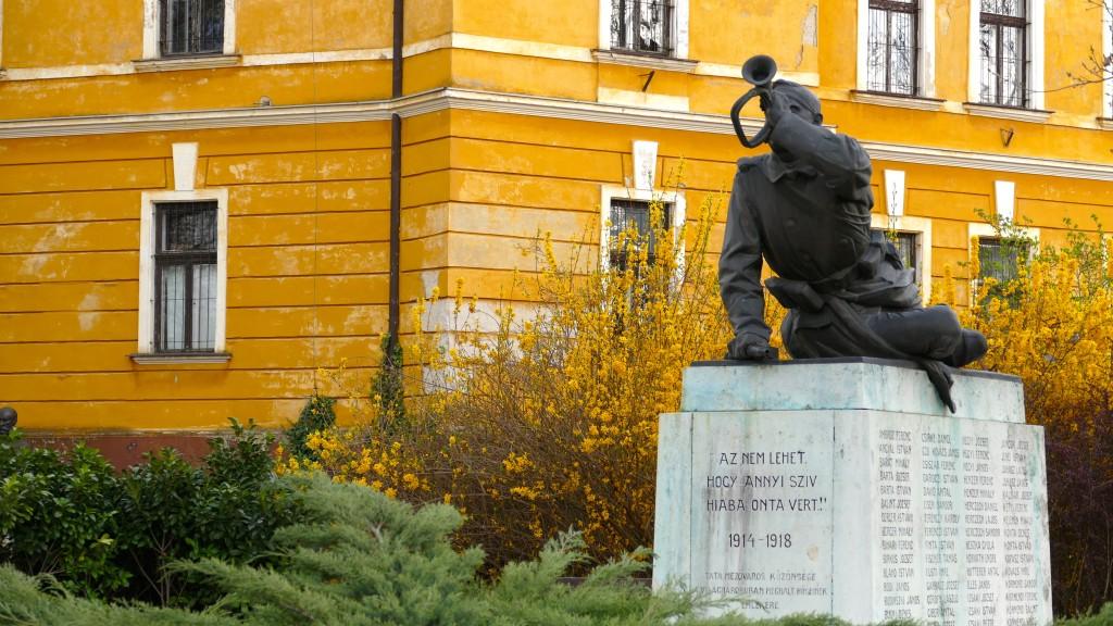 Palacio de Esterházy y monumento a los caídos de la primera guerra mundial (y desguace de la monarquía Austro-Húngara)