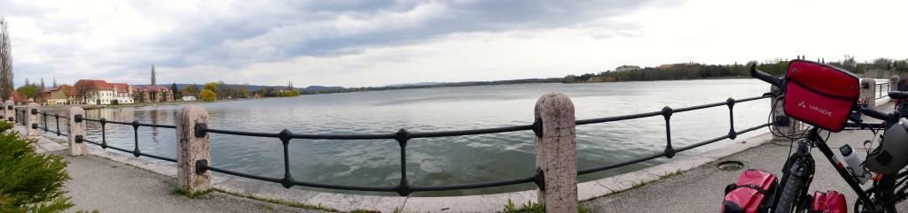Vista panoramica del Lago de ÖREG en Tata