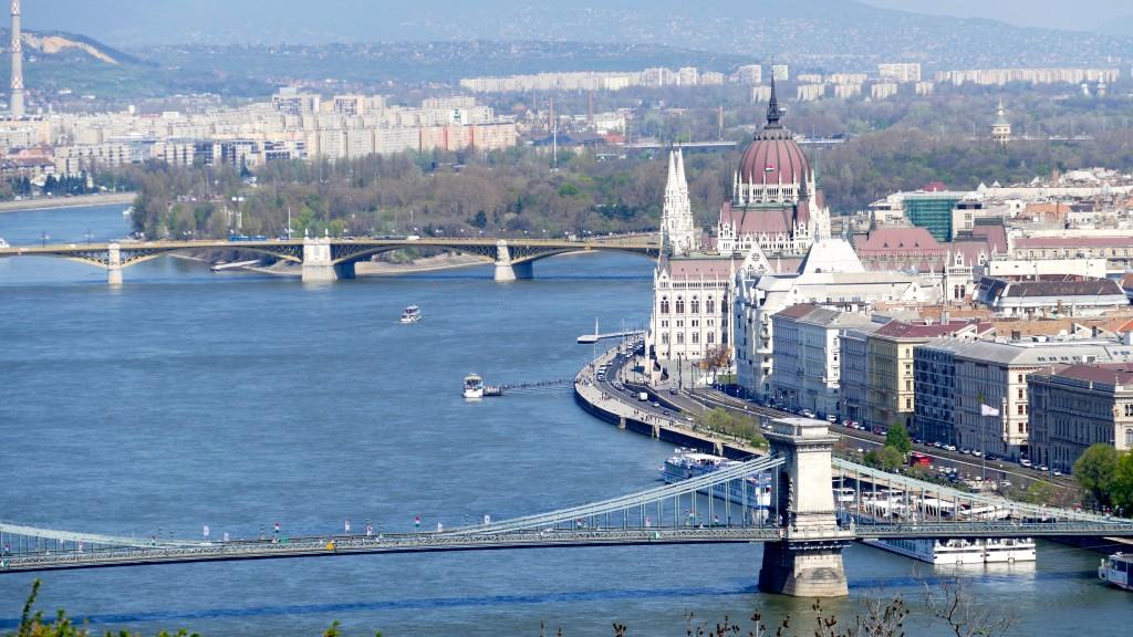 Vista de Pest y el Parlamento a orillas del Danubio