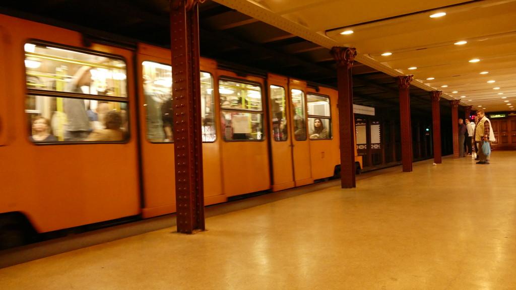 La primer metropolitana de Europa que viaja debajo de la Avenida Andrassy, la Champs Elysee Budapestina.