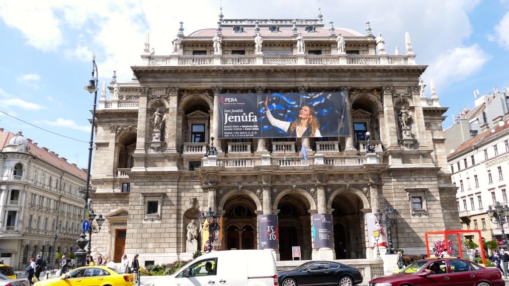 """El teatro de la opera, inaugurado para el """"Milenio Húngaro"""" en el año 1897"""