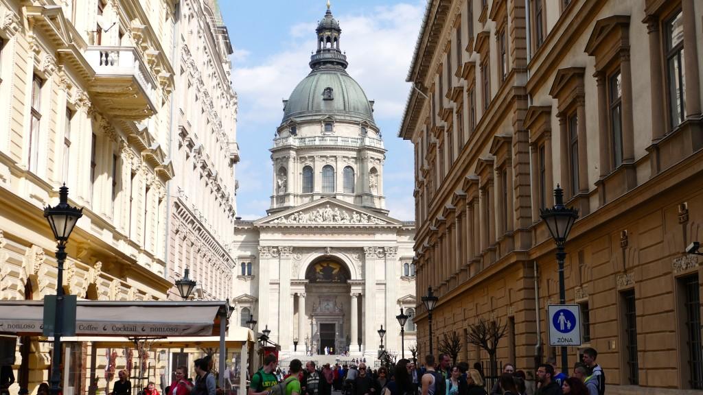 """Basilica de San Esteban, el padre de la actual Húngrîa, finalizada su actual construcción en el año 1907. Guarda en su interior la reliquia de San Esteban. """"La mano derecha"""""""
