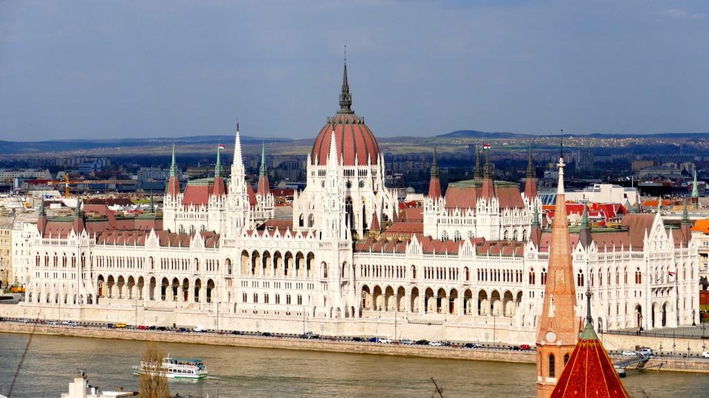"""El parlamento Húngaro, a orillas del Danubio, el edificio parlamentar mas grande del mundo, alberga la sagrada corona, Este edificio también fue inaugurado para los festejos del """"Milenio Húngaro"""" en 1897"""