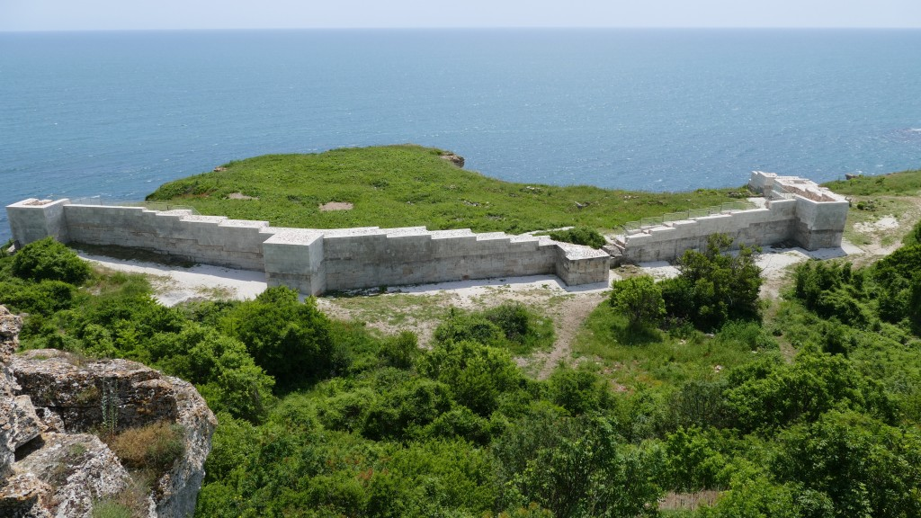 A small fortress is situated on the northern part of the plane terrace known as the Big Yayla