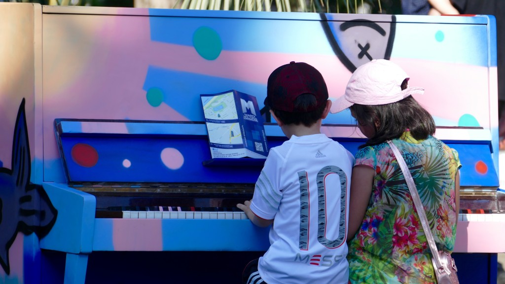 Several pianos in the city, to approach (mainly) children to the music. Nice Idea!