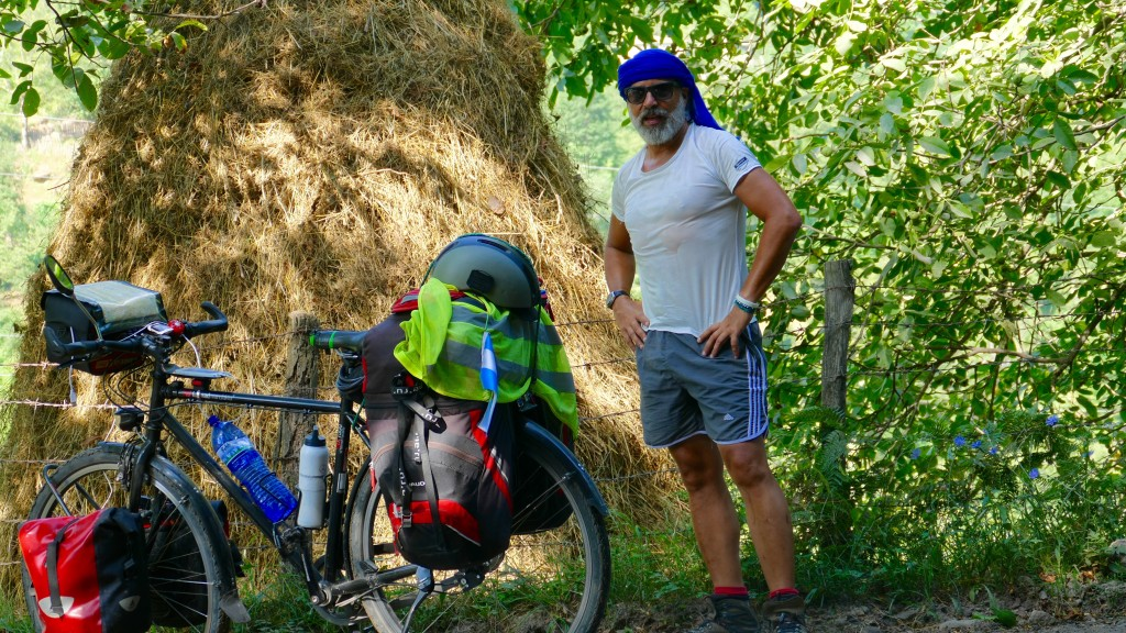 A rest along the road in the upper valley of Adjaris-tsqali. This day I got 44 degrees celsius and over 1500 meter climbings.
